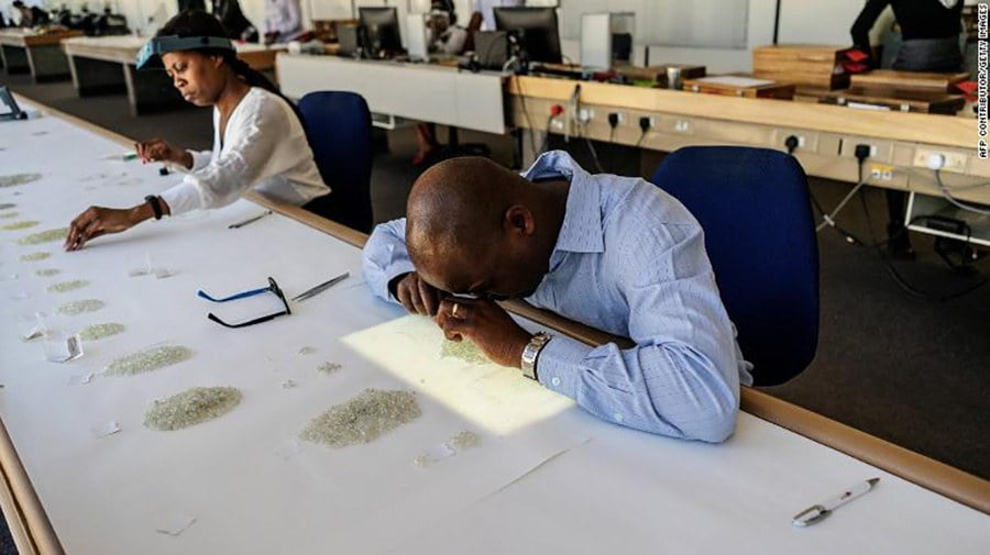 Nem examina diamantes com lente