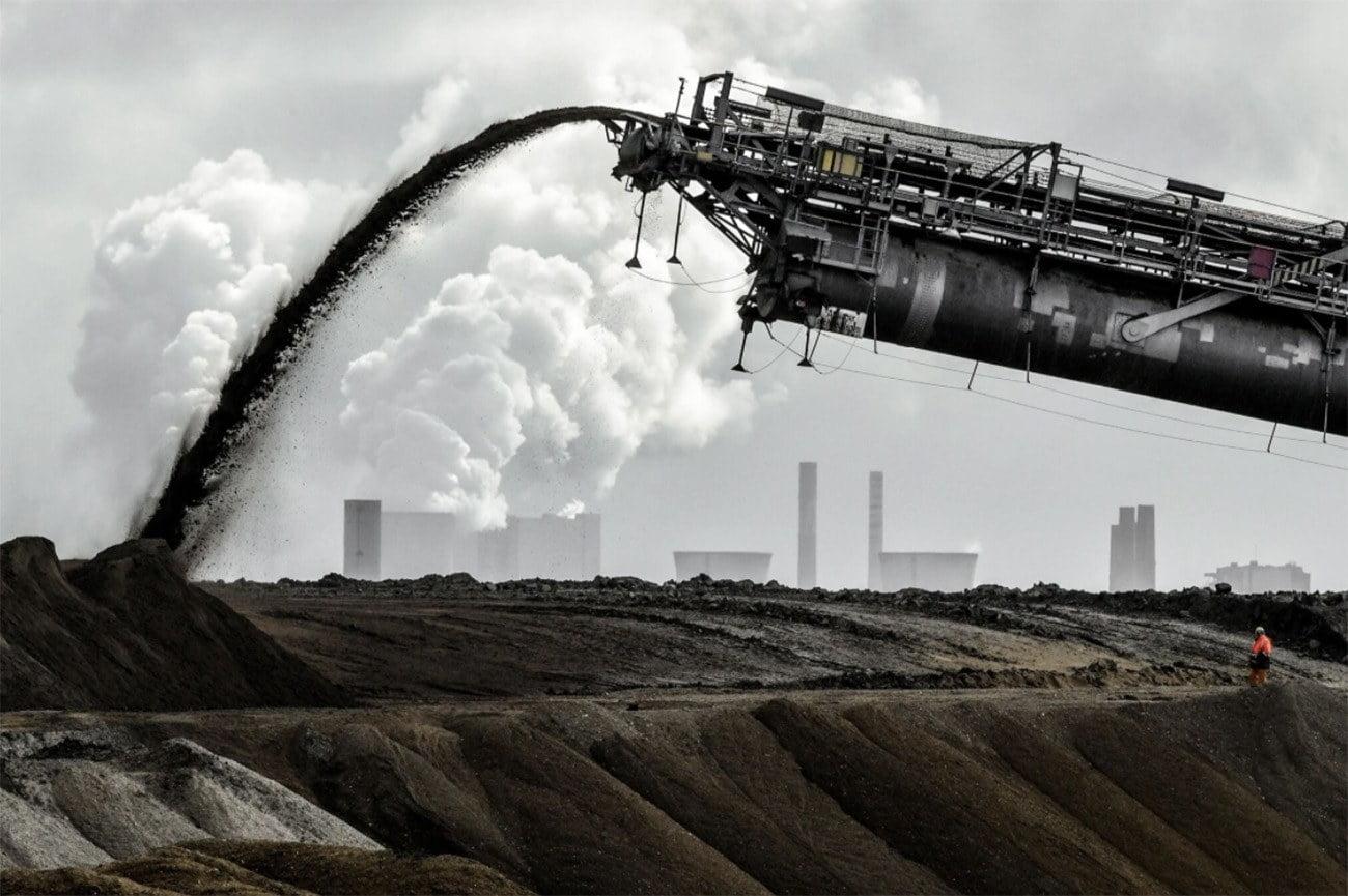 Imagem de fábrica emitindo gases de efeito estufa