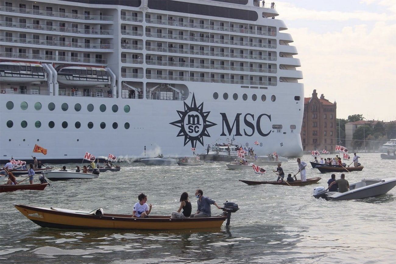 Imagem de barcos cercando navio de passageiros
