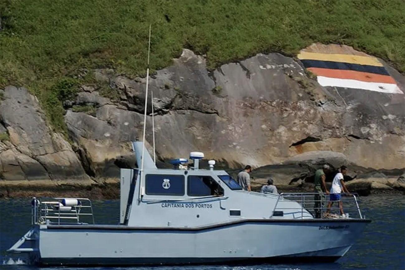 Imagem de lancha da Marinha em Alcatrazes