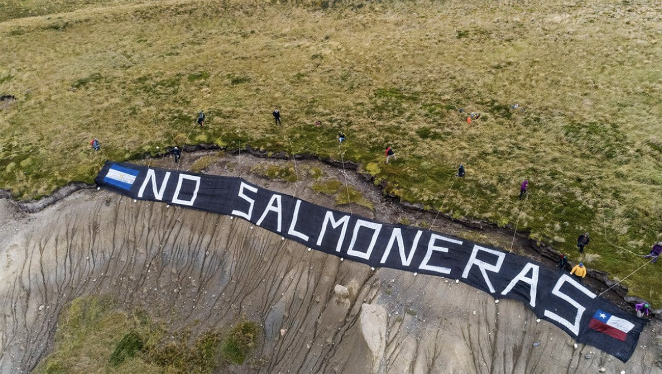 Cartaz dizendo não às fazendas de salmão da Argentina
