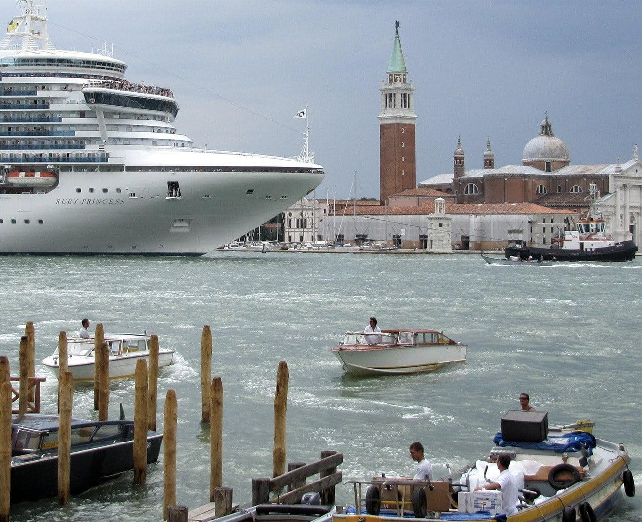 Imagem de navio de passageiros em Veneza