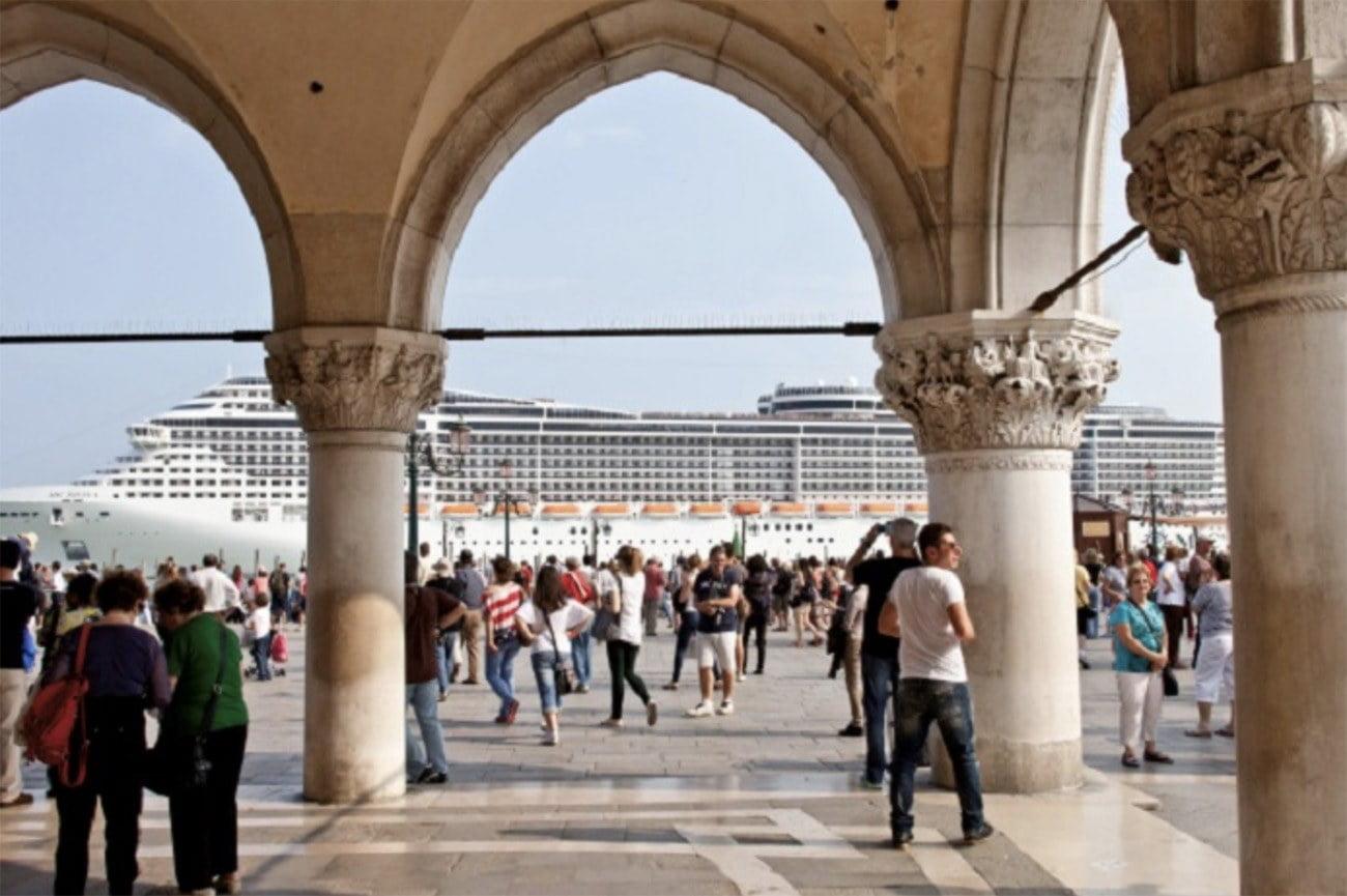 Imagem de navio de passageiros nos canais de Veneza