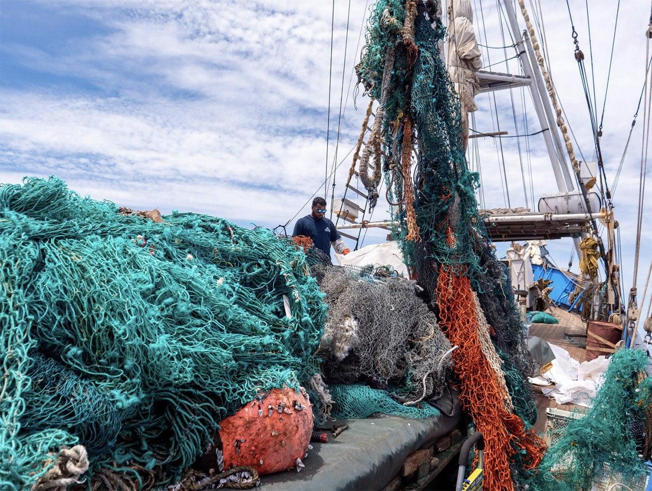 Imagem de barco de limpeza lotado de redes de pesca