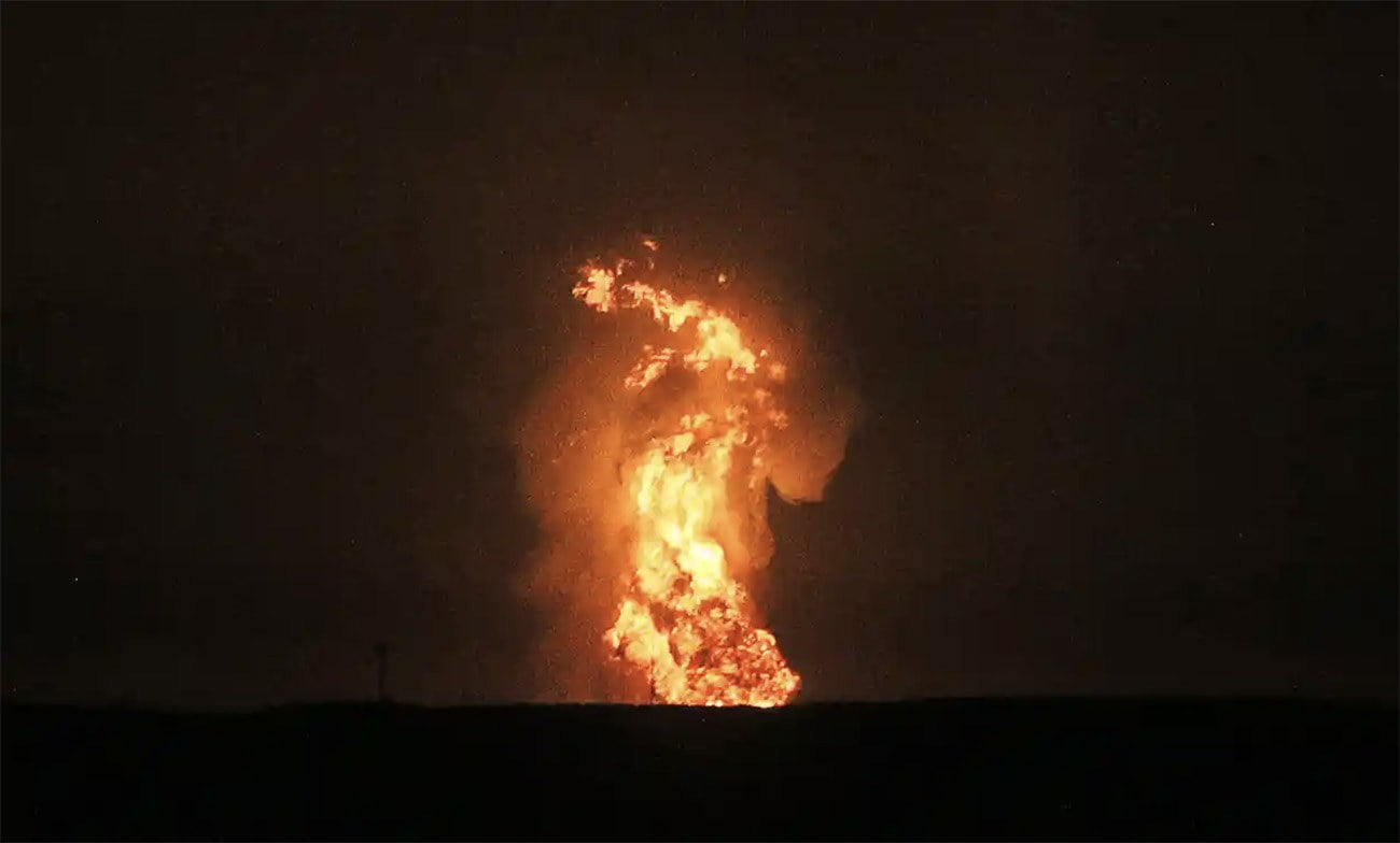 Imagem de explosão de vulcão de lama