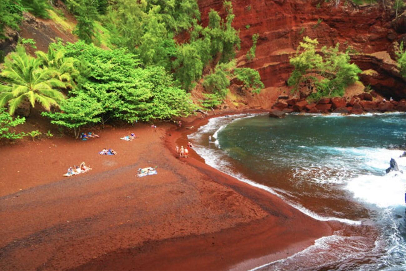 Imagem de praia com areia vermelha