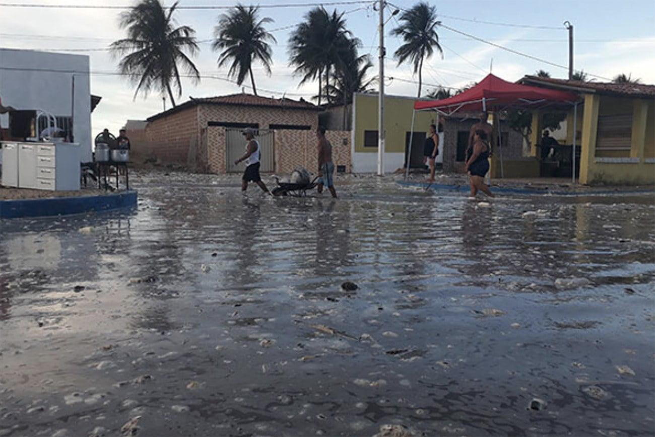 Imagem de ruas de Caiçara do Norte invadidas pelo mar
