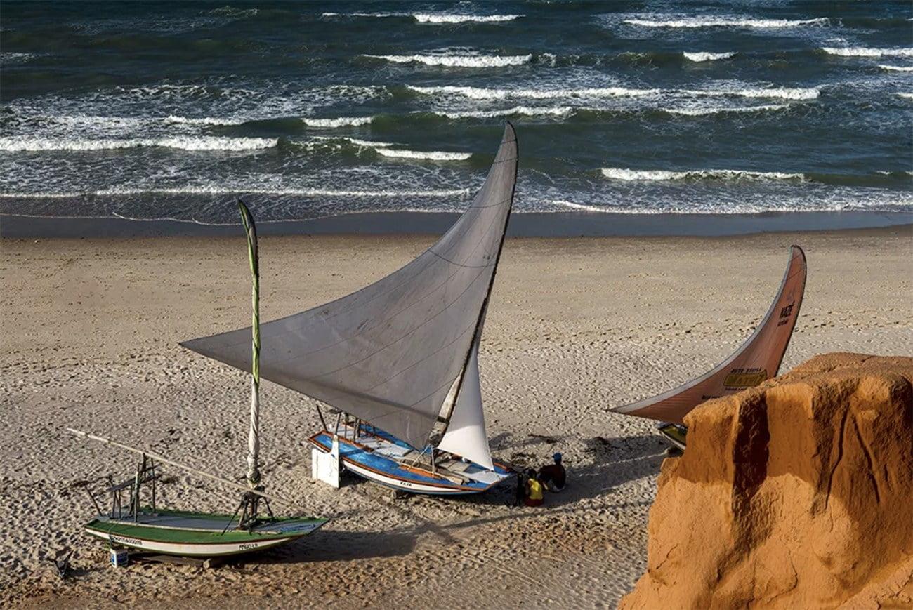 Imagem de jangadas na praia