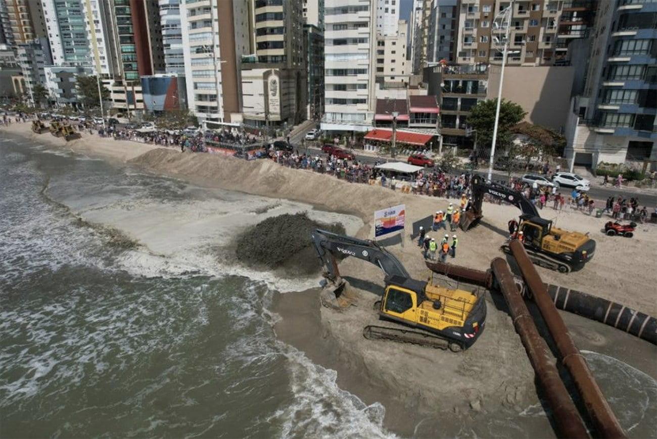 imagem de obras na praia de Balneário de Camboriú