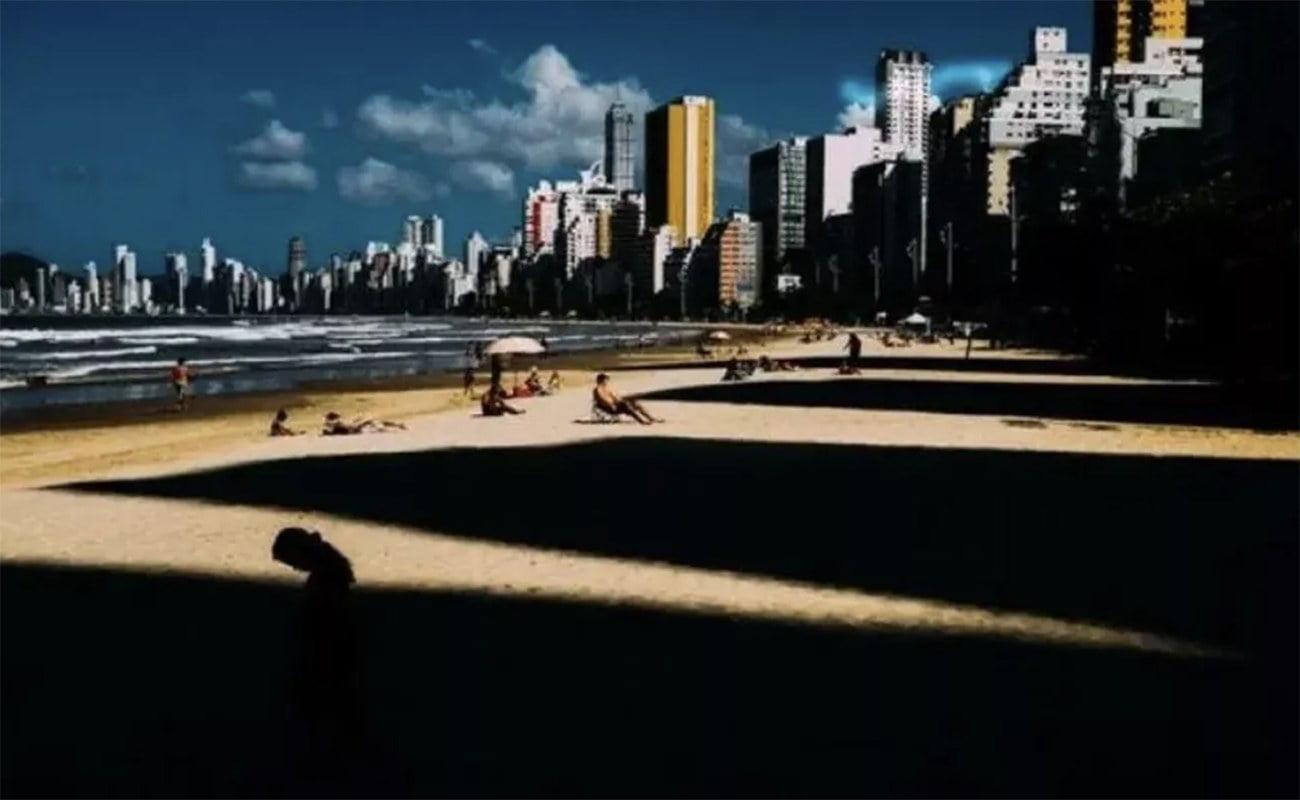 imagem de sombras na praia de balneário de camboriú